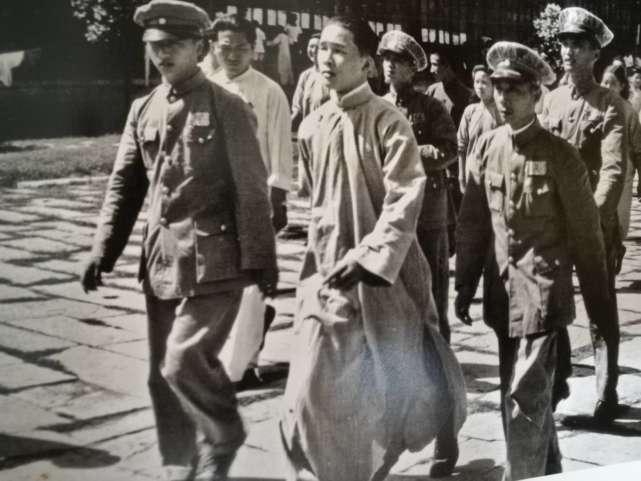 历史 正文  图:1946年7月,林柏生被押赴法庭 不过,这首诗并非他原创图片