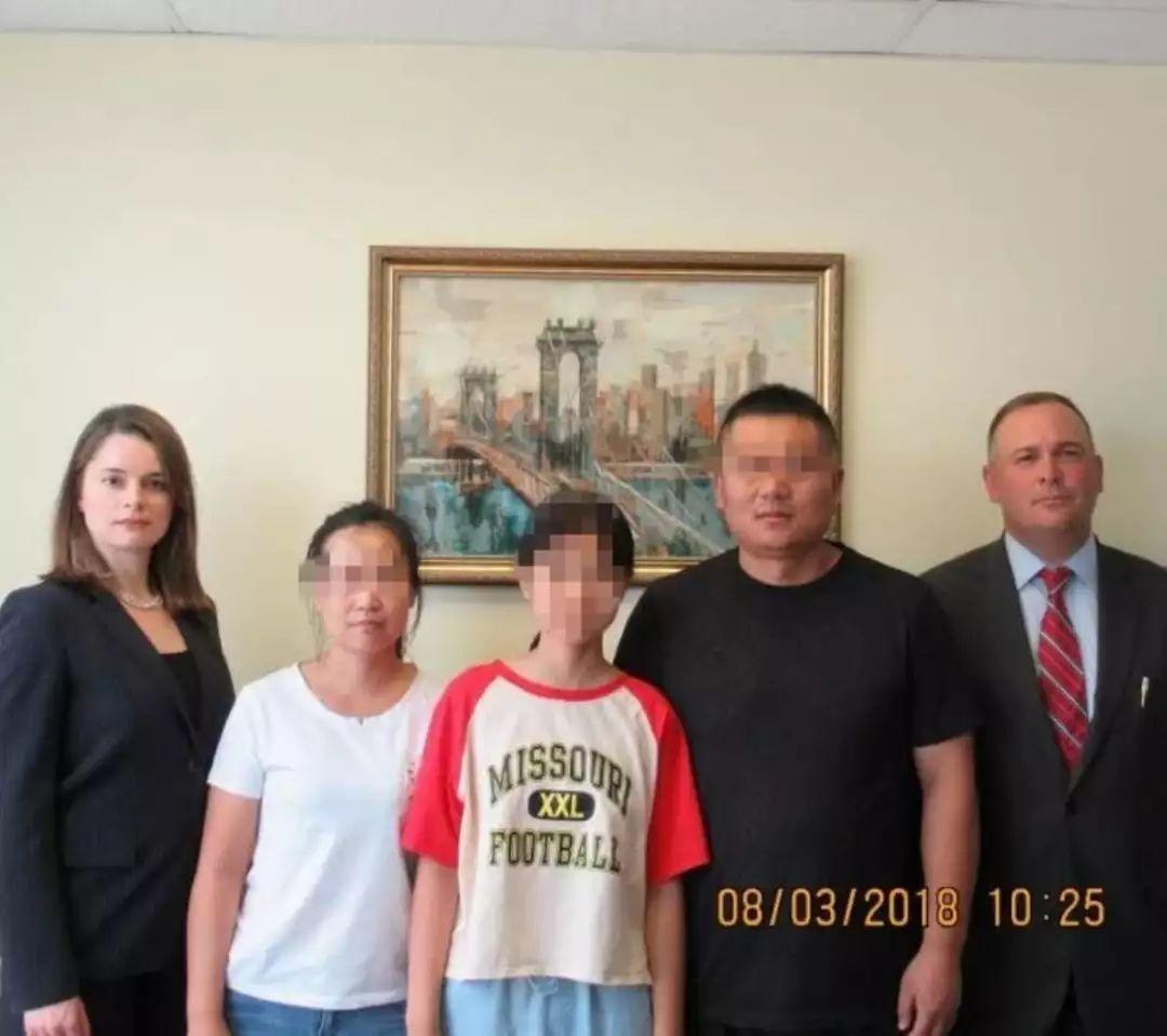 12岁中国女孩美国机场被绑架?带走她的父母看到新闻被吓得不轻