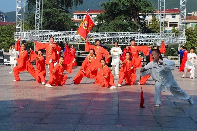 县武术协会带来的精编传统拳剑27式杨式太极拳图片