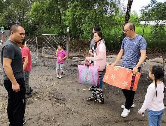哈尔滨市政府机关第五幼儿园慰问兴利村贫困户