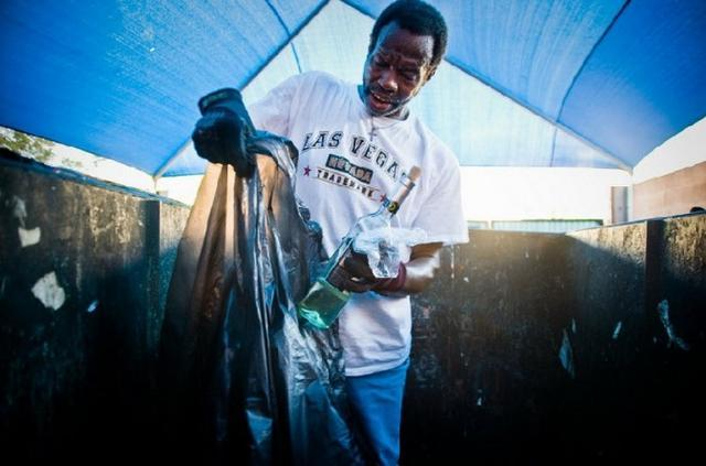 图中58岁的victor来自洛杉矶,靠回收和卖废品维持生计.