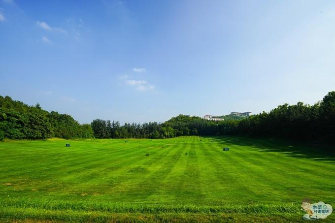 国际高尔夫球场拥有国际标准的18洞球道标准杆72杆球道总长度6956码