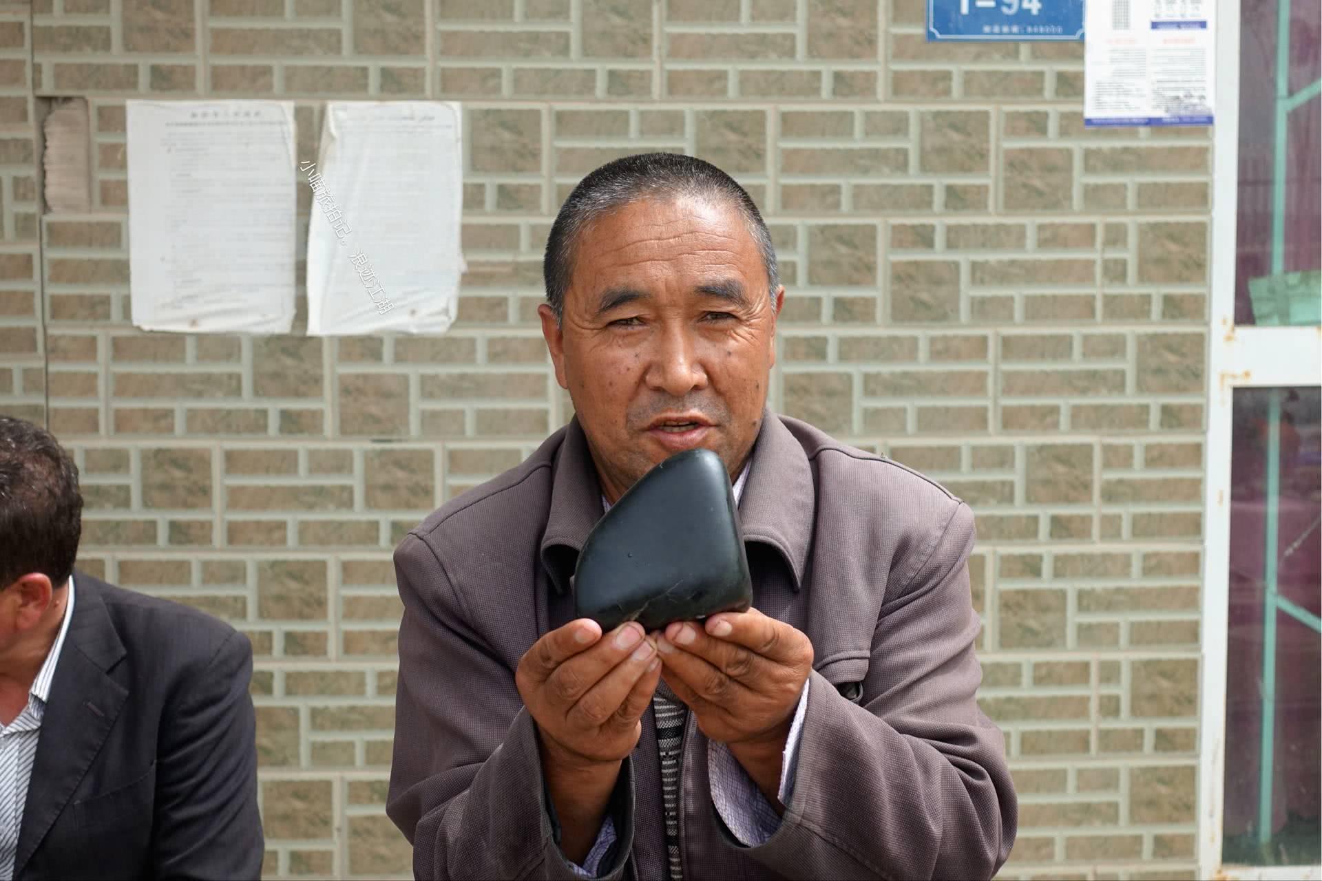 实拍:新疆玉器一条街,喊价1000元的石头,200元买回