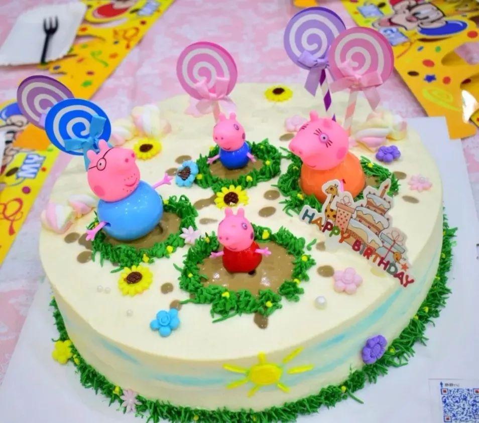 有小猪佩奇来祝你生日快乐,还有一个祝福满满的生日蛋糕, 有爸爸妈妈