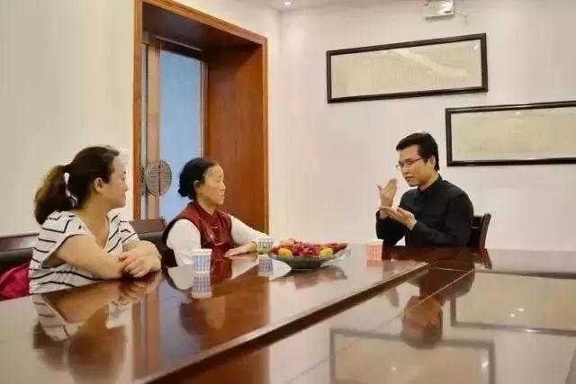 中国聋哑和日本_女孩被侵犯后,80后中国律师哭着做这件事,bbc和全世界