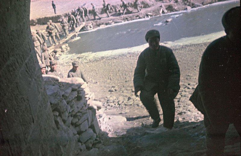 早期解放军罕见彩照,解放县城时用上了重武器,根本不是小米步枪