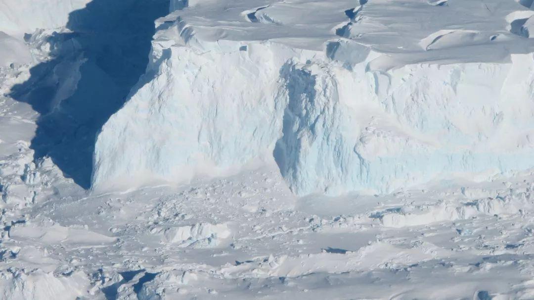 南极一巨型冰川出现裂缝后彻底断裂-中新网