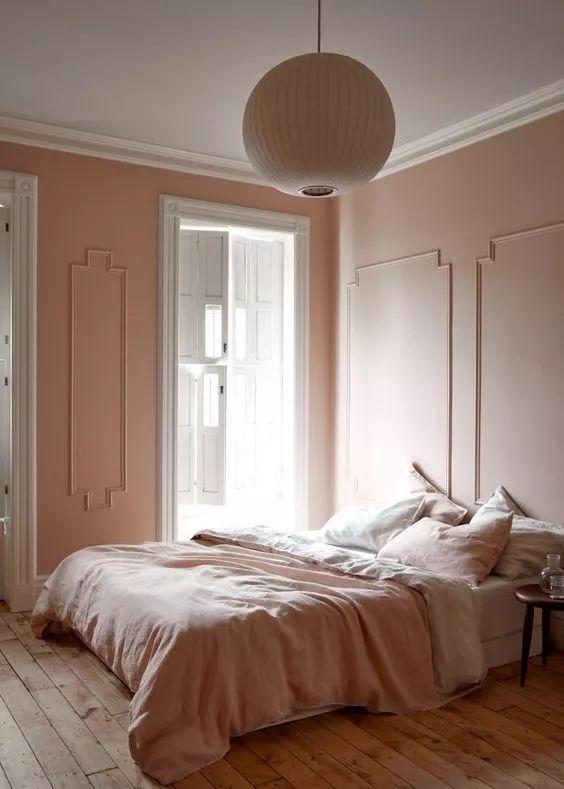 卧室以舒适性为主 这种从墙面延伸到天花板的石膏线 让视觉效果更为丰