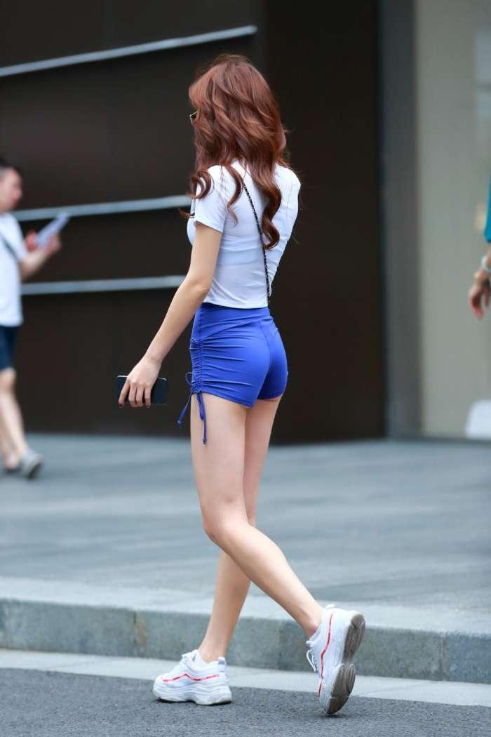 街拍紧身t恤美女_街拍:大长腿美女,白色T恤蓝色短裤,看了好多遍,还是喜欢!
