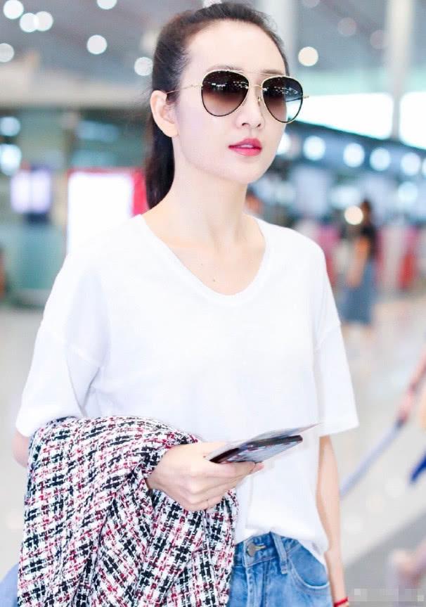 王鸥扎马尾现身发际线亮了 白T恤配牛仔裤穿出清新感