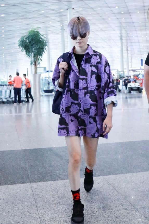 街拍:图1李宇春也是够了,夏天穿两件上衣!图2外国美女的胯真宽