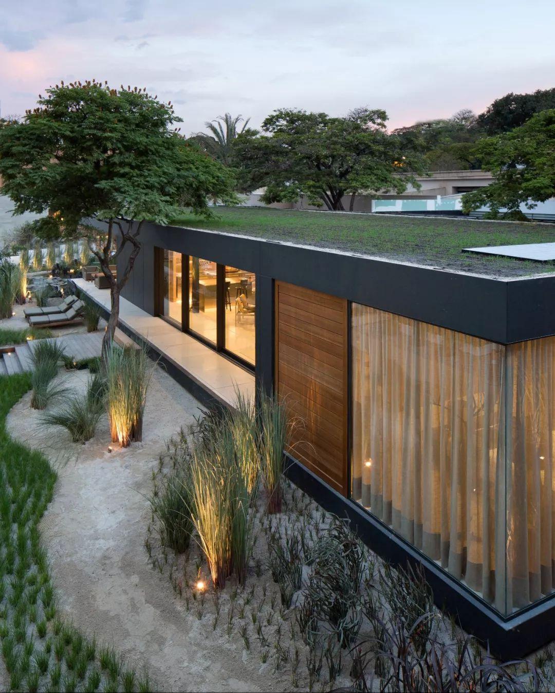 四周有高高的围墙和茂密的绿植 另一个公用卫生间在厨房后面 同样使用图片