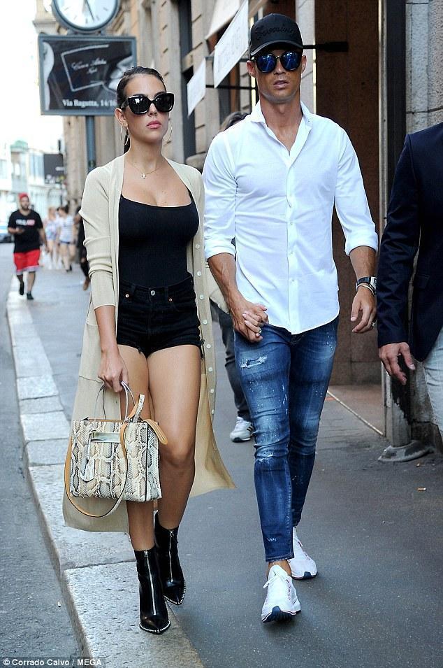 乔治娜紧身吊带配热裤和C罗出街秀身材,气场根本不输超模伊莲娜