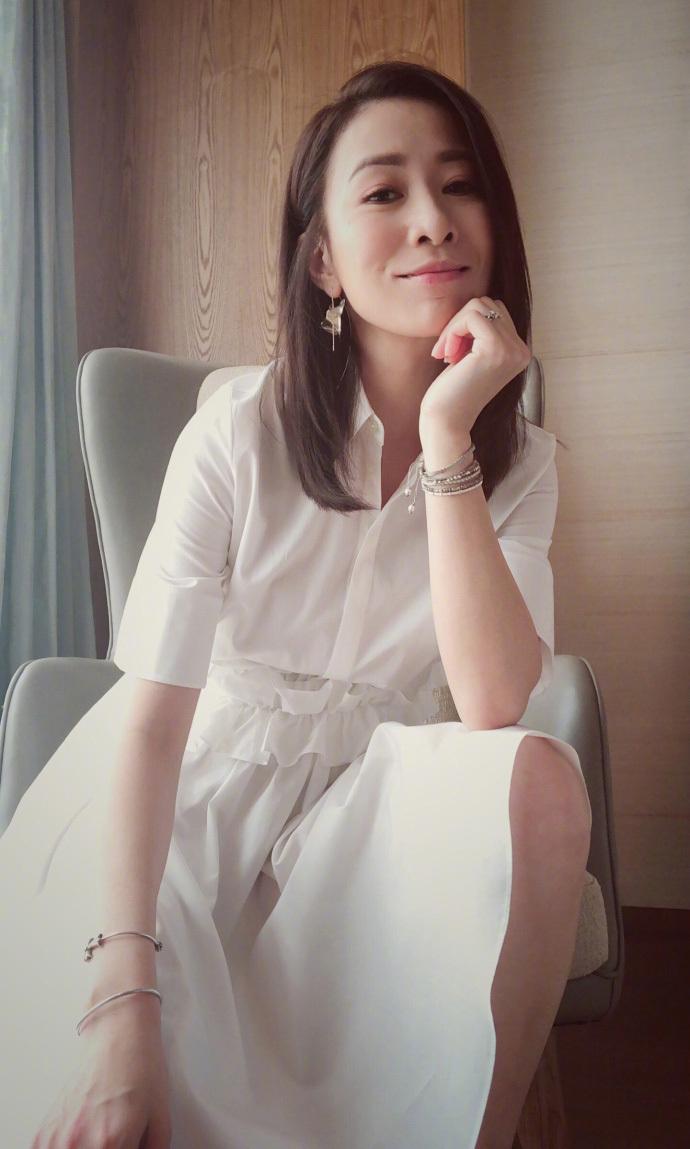 """43岁佘诗曼亮相机场,走路优雅如""""娴妃""""!原来她私底下这么会穿"""