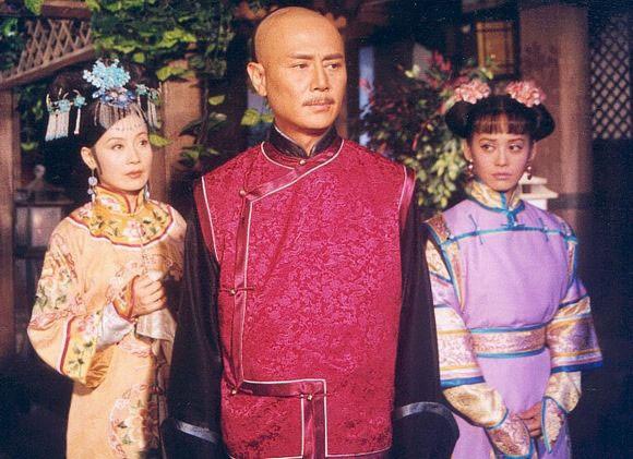 曾是琼瑶男主,娶过2个老婆,甩刘雪华致其不孕,如今61岁当街小便