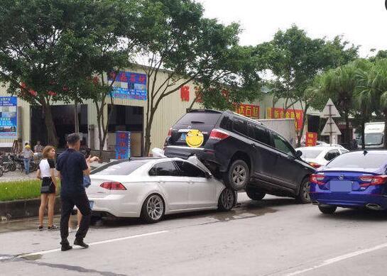 女司机驾驶大众凌渡追逐丰田汉兰达。这个迷人的姿势也被大众车主弄瞎了