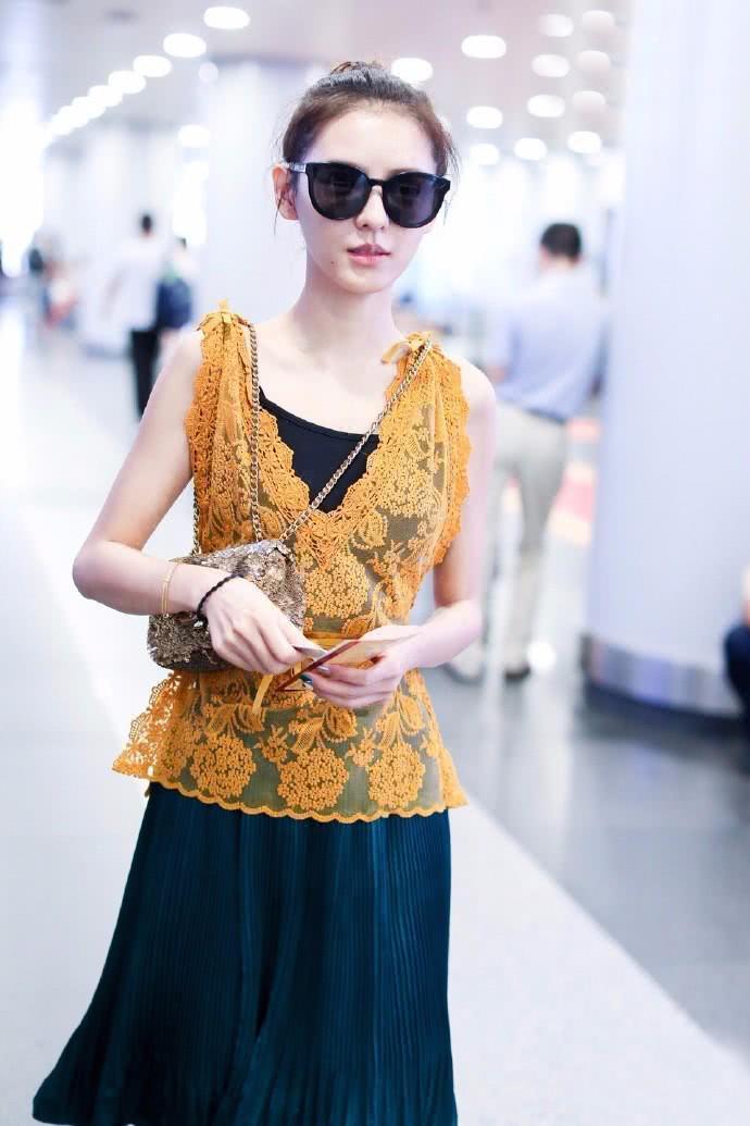 张予曦透视背心配及膝裙,还有黑色蕾丝露出来,网友:这内搭得多长?