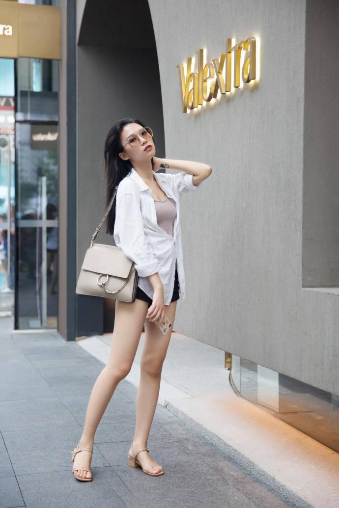 街拍:性感短裤对比优雅裙子,两位美女的打扮,哪个更吸引你?