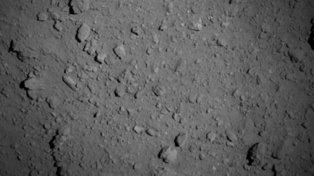 """""""隼鸟2号""""最近距离小行星仅851米,传回了龙宫的第一张特写镜头"""