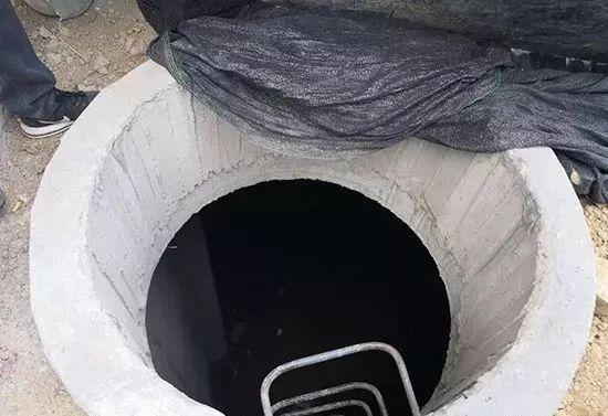 安阳中华世纪城窖井没盖 业主看