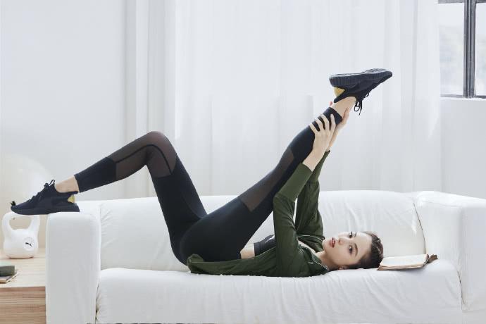 古力娜扎秀美腿,姿势魅惑让人想入非非,头发后梳,脖子