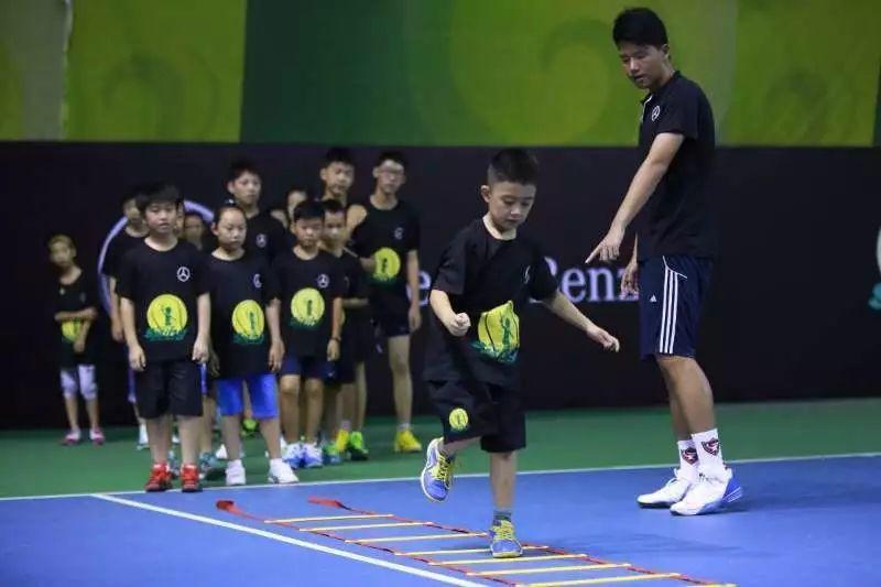 【驰久童心】梅赛德斯-奔驰仁孚怡邦青少年网球夏令营好看排球图片