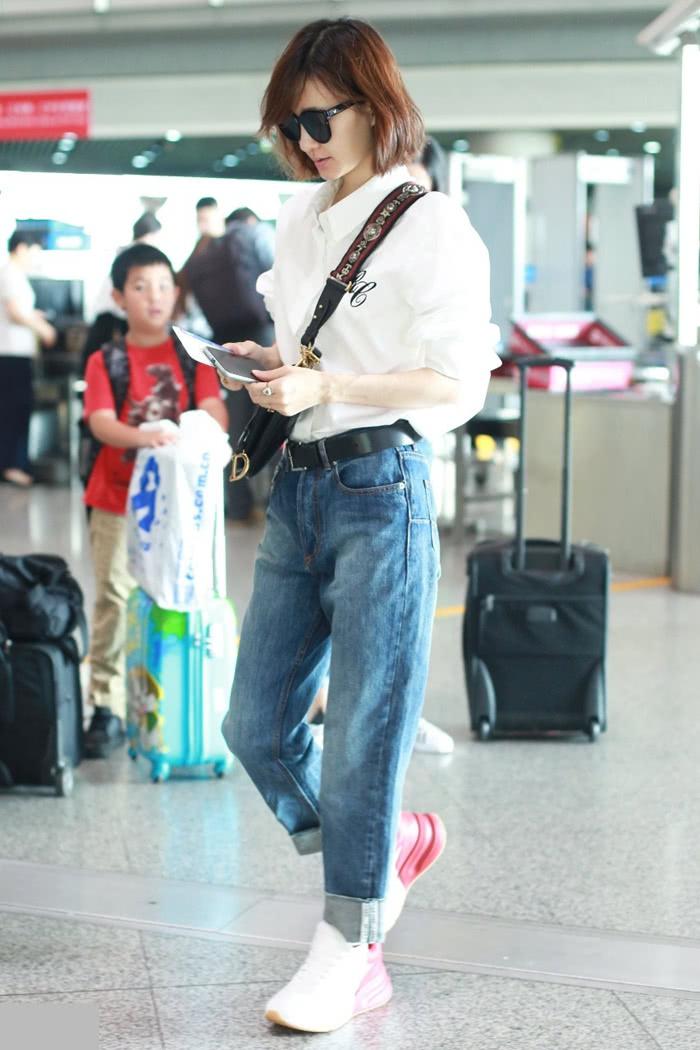 王丽坤剪短发气质都变了,白衬衫搭牛仔裤,竟穿得如此帅气!
