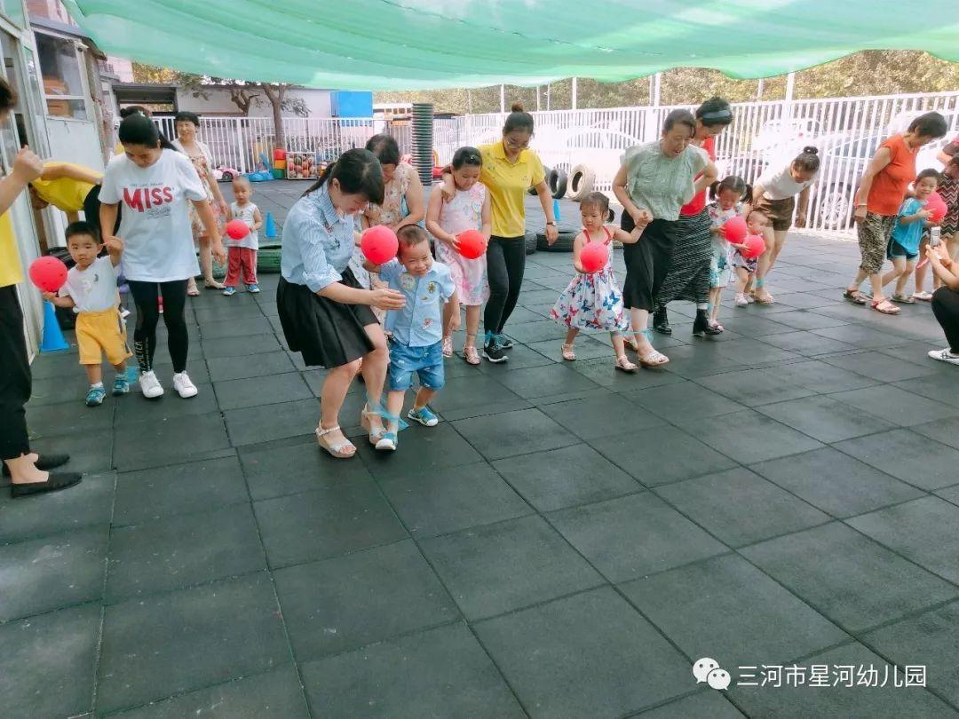 今天特意为大朋友和小朋友们 准备了两人三足默契游戏哟~  星河幼儿园