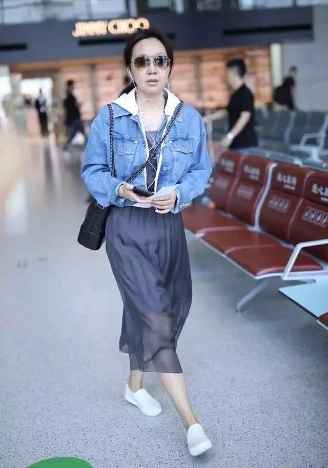 47岁闫妮现机场,牛仔配纱裙真减龄,可依旧没能扛住岁月啊