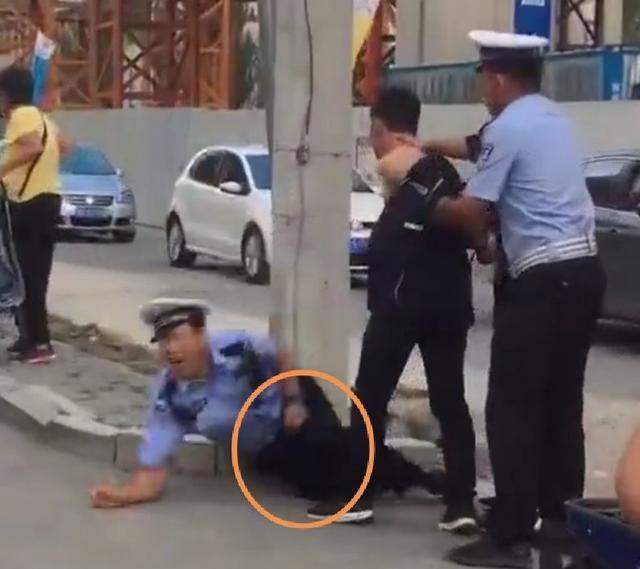 呼和浩特一男子暴力抗法,抬腿袭击民警裆部要害,民警痛苦倒地