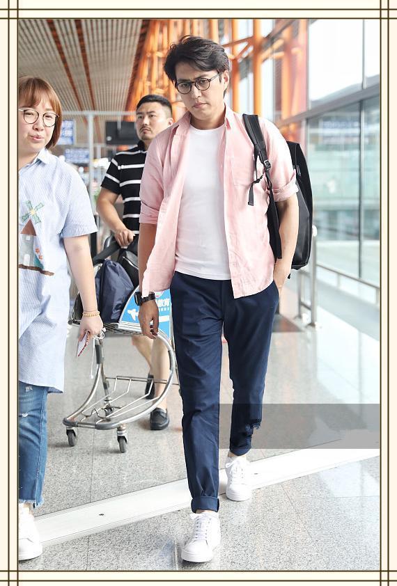 当43岁黄渤穿粉色衬衫撞上41岁靳东,这差距原谅我不厚道地笑了!