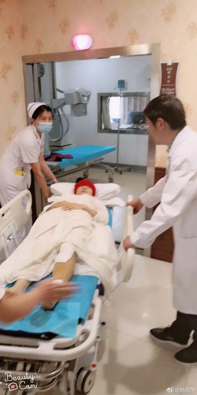 杨丽萍排舞时不慎摔倒骨折入院,被诊断为小腿
