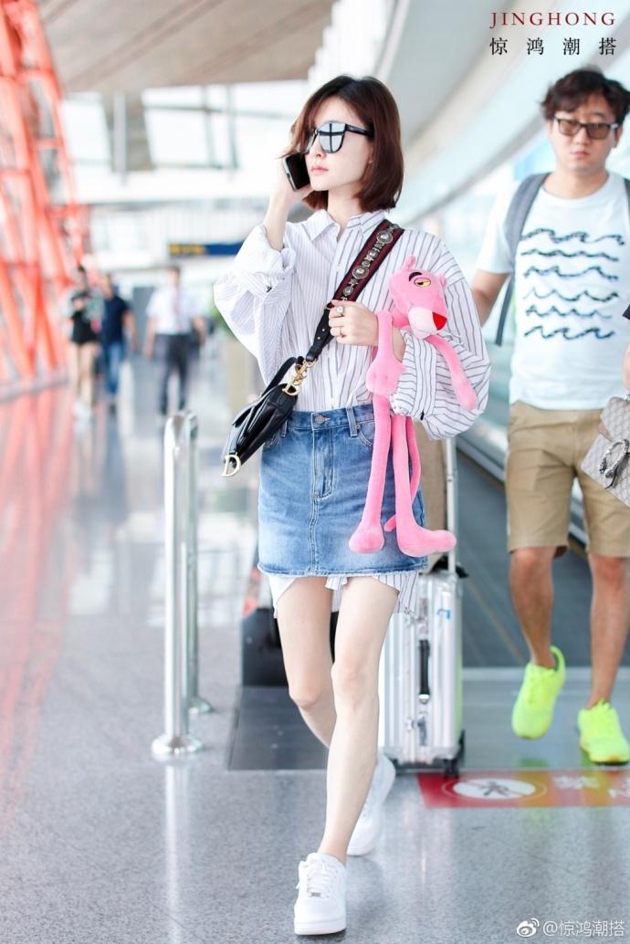 王丽坤尴尬了,衬衫从裙子底下跑出来,网友:穿林更新的衣服了?