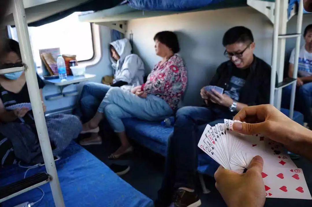 手机,在火车上拍陌生人.