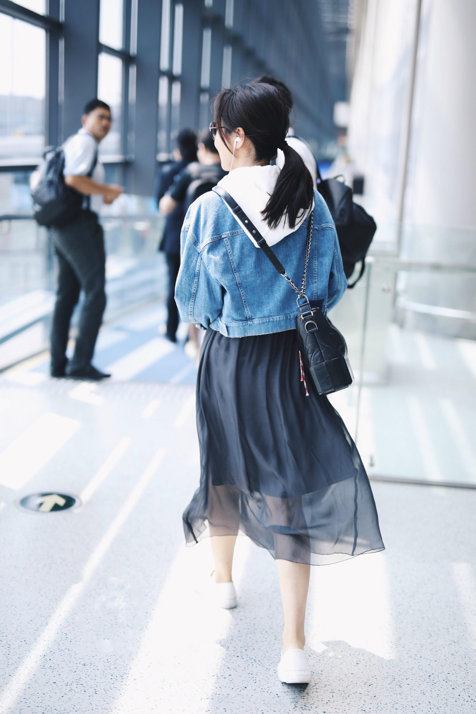 47岁闫妮穿牛仔外套搭薄纱裙似少女,然而看到她的素颜一秒尴尬了