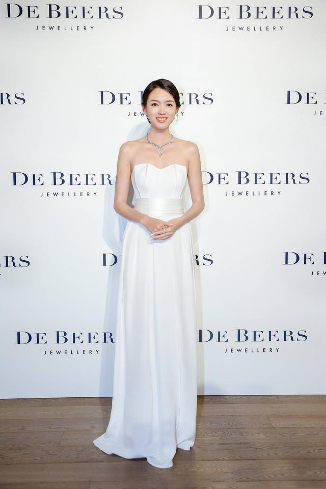 张梓琳、俞飞鸿与春夏同穿白裙同台比美,一时竟分不清谁最好看了