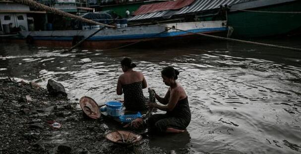 实拍缅甸 女人一边洗衣服一边洗澡