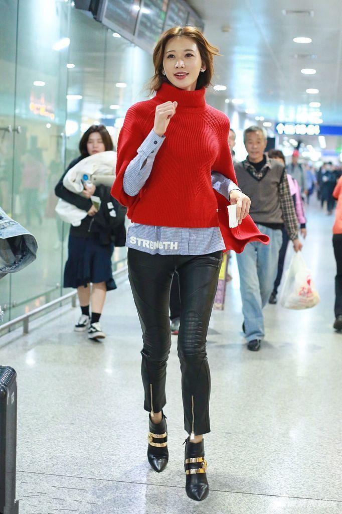 街拍:图1林志玲现身机场,腿缝宽成为亮点?图2紧身牛仔裤美女!