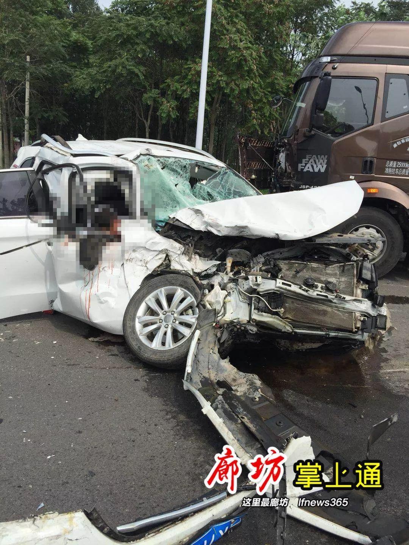 安次南官庄村路口发生一起惨烈车祸!宝宝哭喊:妈妈!
