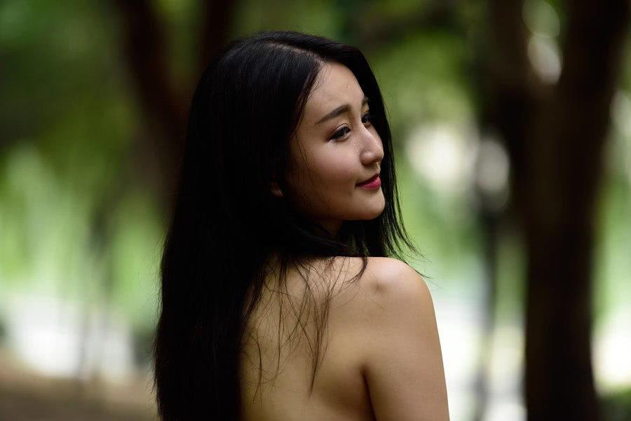 穿着性感黑色比基尼在树林草地上玩水枪大战,现在的美女小姐姐都这么皮吗?