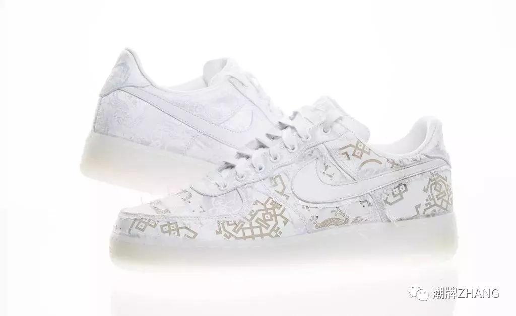 陈冠希没有将鞋款设计作过多改动,仅仅变换了丝绸颜色,整双鞋就呈现出图片