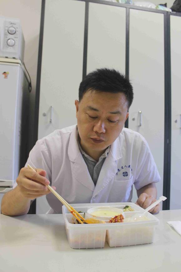 刘虎告诉记者,每年暑假还有许多当年的小患者,考上了大学过来看他.