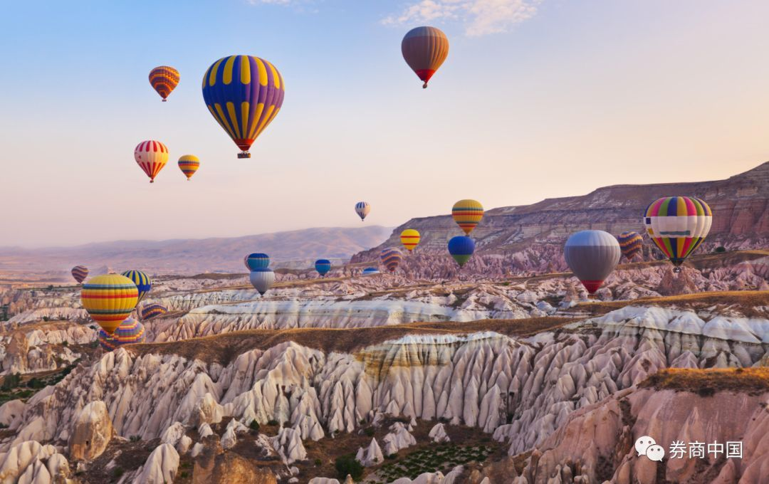 """这些人正飞去""""浪漫的土耳其"""",里拉崩盘后,刮起了奢侈品套利风"""