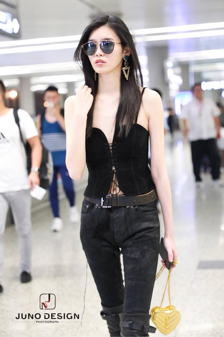 奚梦瑶黑色吊带搭配紧身裤和过膝靴,网友:穿成这样我是不敢出门
