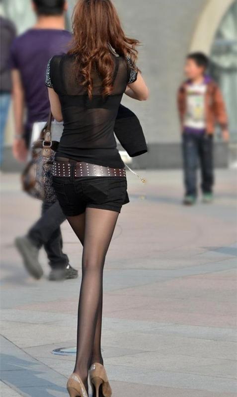 街拍:图1李宇春的安全裤比短裤还长!图4黑丝袜美女的长腿真细!
