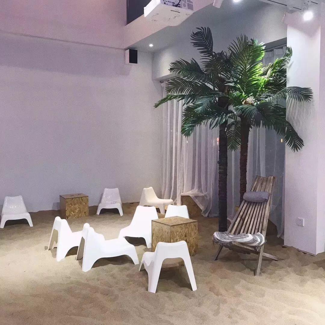 这家可能是全东莞最有特色的餐吧!竟然把整个沙滩都搬到室内了!