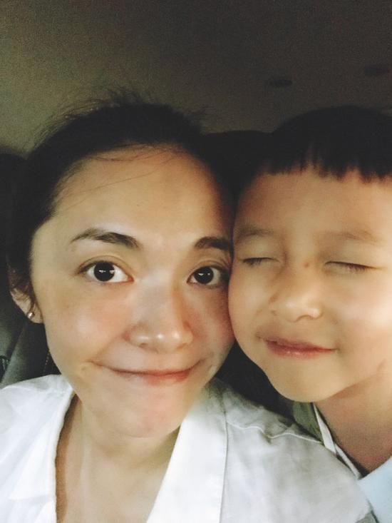 姚晨与儿子脸贴脸 母子俩好温馨
