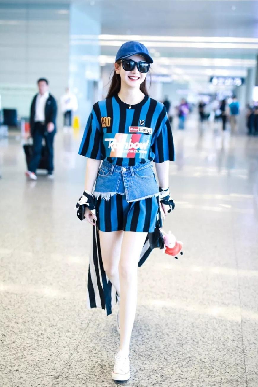 牛仔裙穿出时尚感的秘诀,原来全在上半身?选对以后轻松成焦点