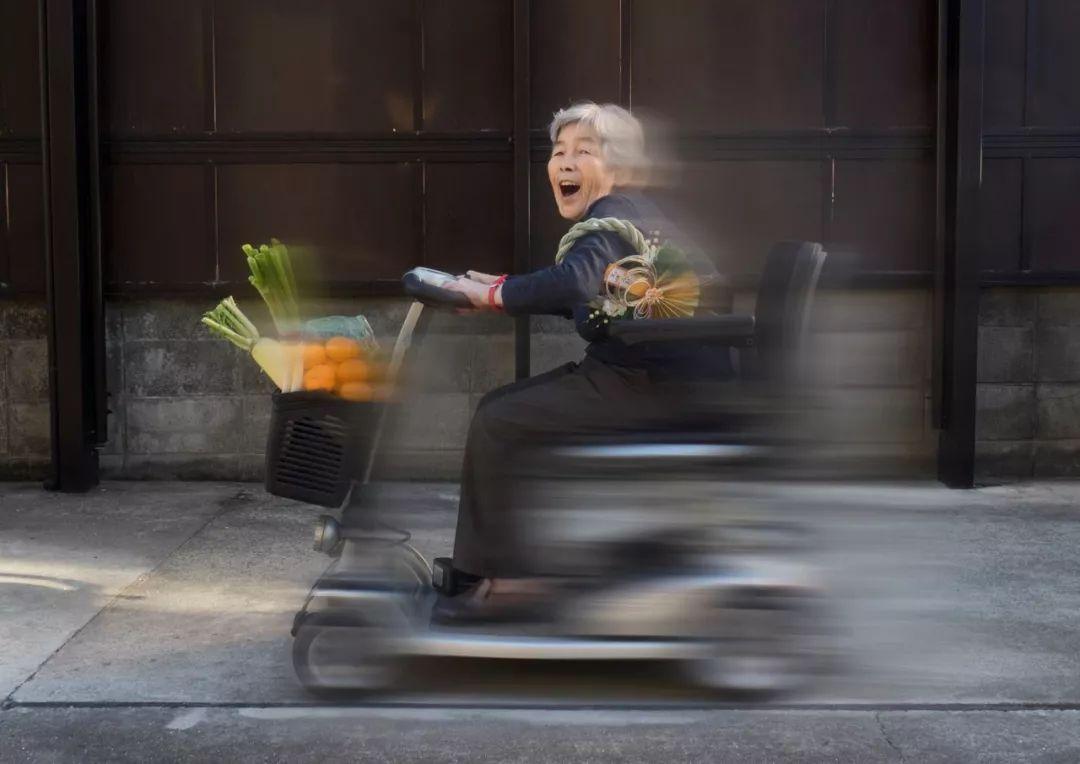 日本老奶奶做爱_90岁日本老奶奶,酗酒飙车碰瓷却爆红ins!网友:可以,这