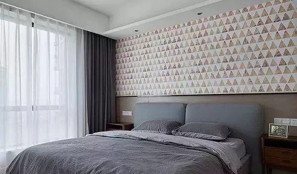 主卧正在做背景墙,打算下面用木板装饰,上面贴壁纸.